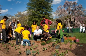 michelle_obama__sam_kass_show_bancroft_students_how_to_plant_a_garden_4-9-09